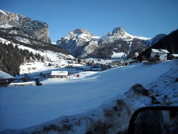 In Santa Cristina kunt u gegarandeerd een schitterende wintersport beleven. Het dorp Santa Cristina ligt op circa 1400 meter hoogte in Südtirol, Italië, en ligt centraal in het Val Gardena dal. Het dorp is volledig ingesteld op de wintersporter. Er is een goede mix van blauwe, rode en zwarte pistes rondom Santa Cristina. Variatie tijdens het skiën is hier dus goed mogelijk. Santa Cristina is een traditioneel dorp gecombineerd met moderne invloeden.