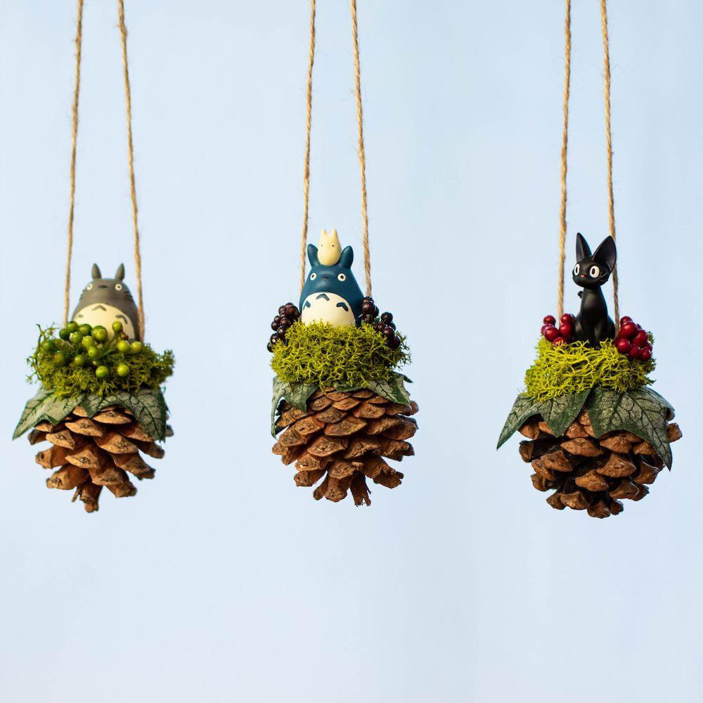 本物のまつぼっくりを使った 温かみのあるオーナメント 大トトロ 中トトロ 小トトロ ジジの3種類入荷しました これからの季節 クリスマスツリーに飾ったり リビングに飾ったりなどお部屋のインテリアにぴったりです 吊るすのはもちろん 玄関やテーブルの上に