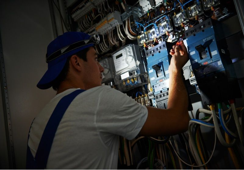 Top 7 Factors While Choosing An Emergency Electrician