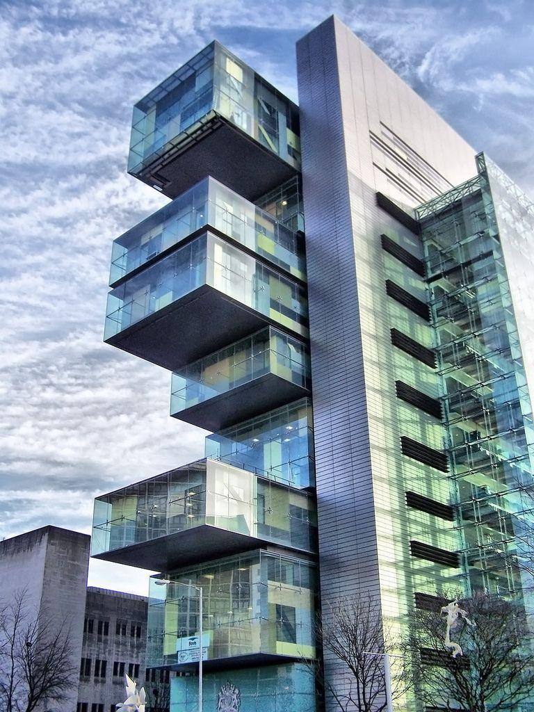 CENTRO DE JUSTICIA CIVIL de manchester  Es un edificio parecido a un gran escritorio con cajones desprendidos. Se encuentra en Manchester, Inglaterra. Posee una superficie de 34.000 m2, albergando la nueva sede de juzgados de Manchester de una manera muy peculiar.
