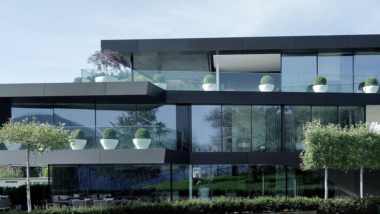 Wohnhaus innerschweiz mit blechfassade aus alucobond for Moderne architektur wohnhaus