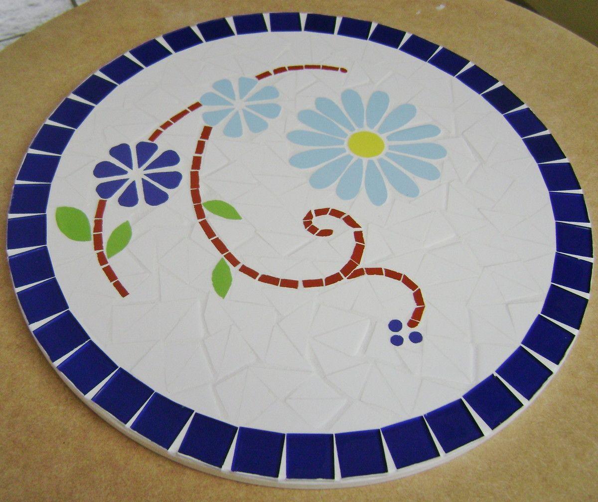 Conjunto com 6 sousplat em placa em MDF revestido em mosaico de pastilha cristal e azulejo a peça mede 30 cm de diamêtro. Confeccionamos sob encomenda com desenho, cores e tamanho personalisados. Solicite orçamento.