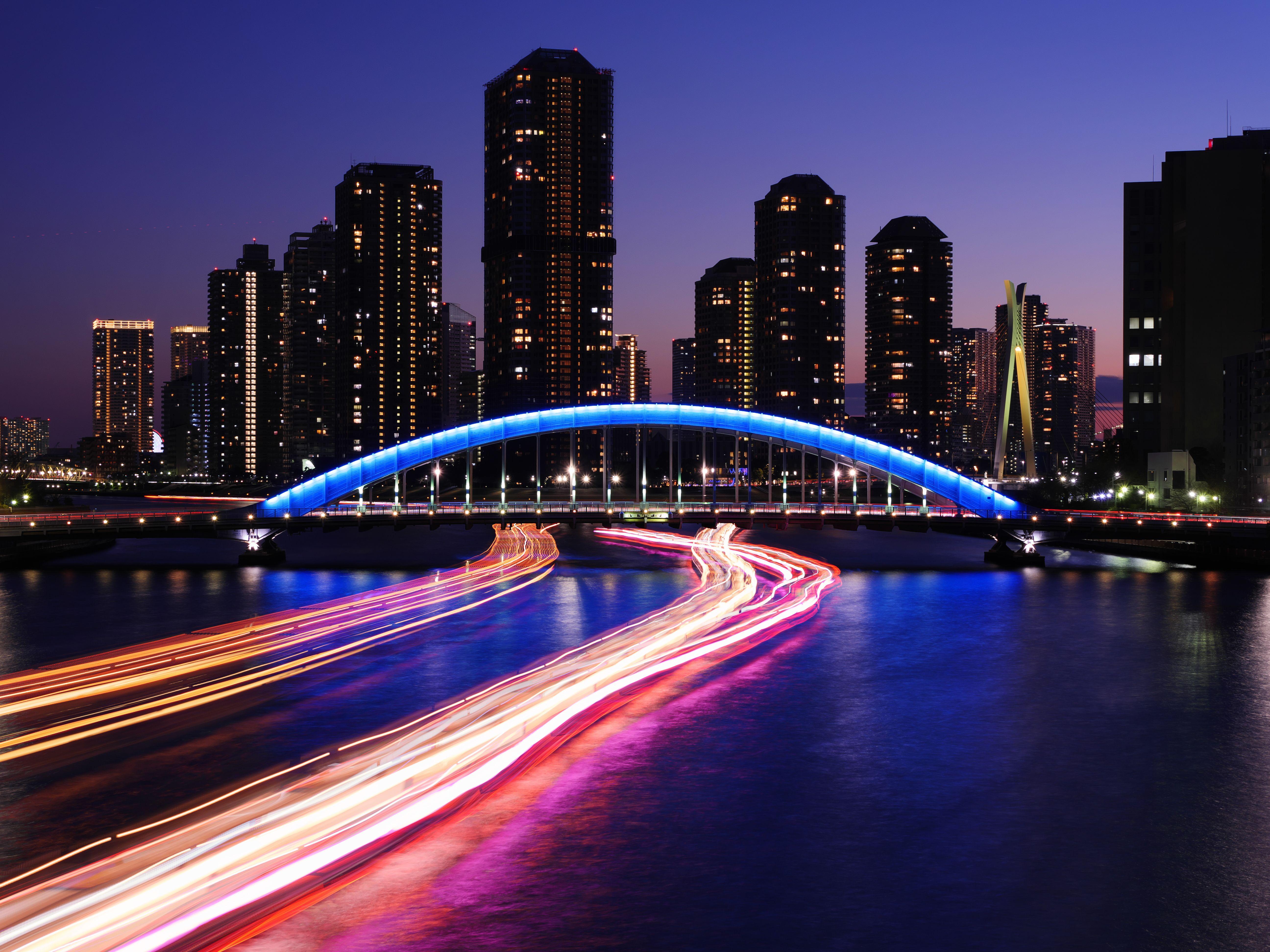永代橋ライトアップと佃島高層マンション夜景 水上バスの光跡を撮り入れてみました 水上バス 夜景 東京 美しい風景