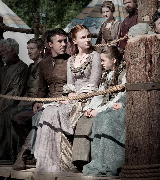 "Petyr ""Littlefinger"" Baelish, Sansa Stark y Arya Stark en el Torneo de la Mano en honor de lord Eddard Stark"