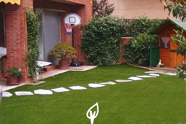 C sped artificial en el jard n de tu casa adornado con un for Jardines cesped artificial piedras