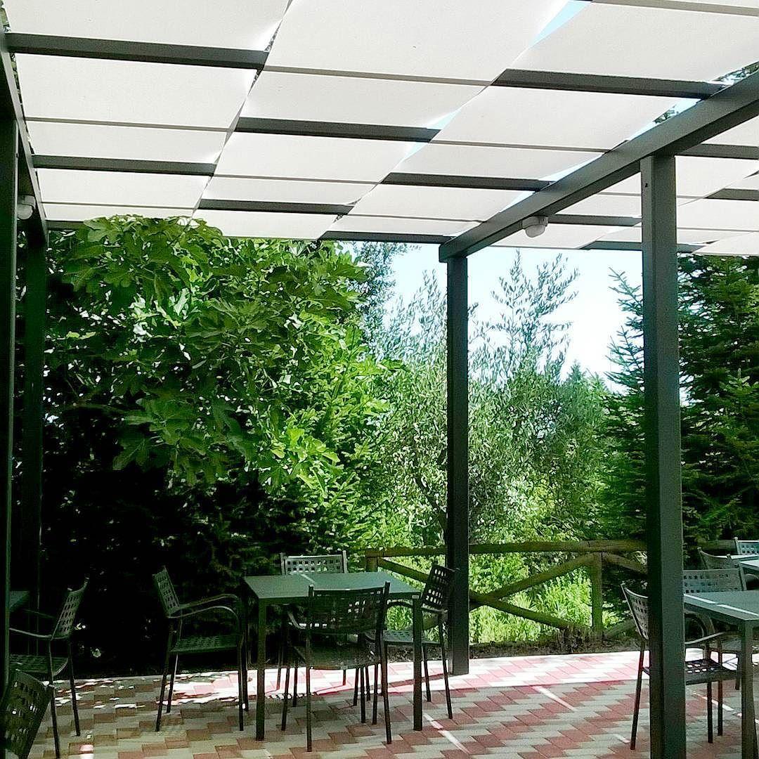 Schermature solari con teli ombreggianti a onda su pergola for Tenda ombreggiante