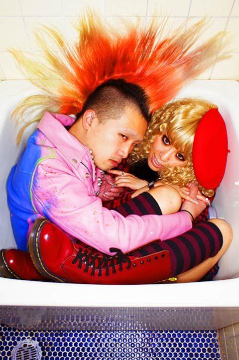 """Photographer Hal est un artiste japonais qui se plaît à photographier des couples dans des positions étranges. Dans sa série """"Couple Jam"""", il est allé à la rencontre de barmans et stripteasers du quartier de Shibuya à Tokyo et leur a demandé de poser dans une baignoire. [Toutes les photos ici : http://bit.ly/blog20150309pm]"""