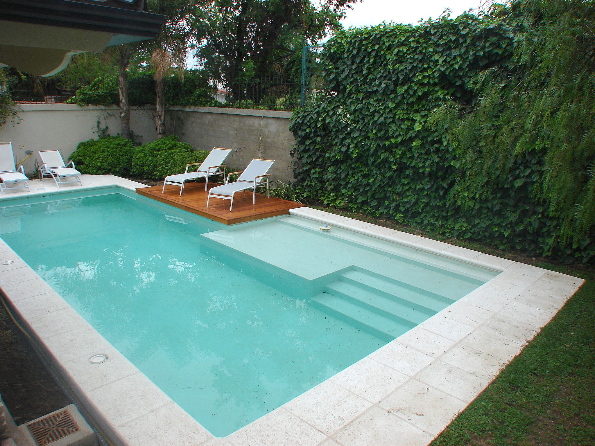 Piscina familiar swimmingpool deck de madera for Imagenes de jardines con alberca