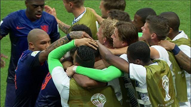 Pacotão: mico de Casillas, golaço de Van Persie e defesaça de Bravo | globoesporte.com