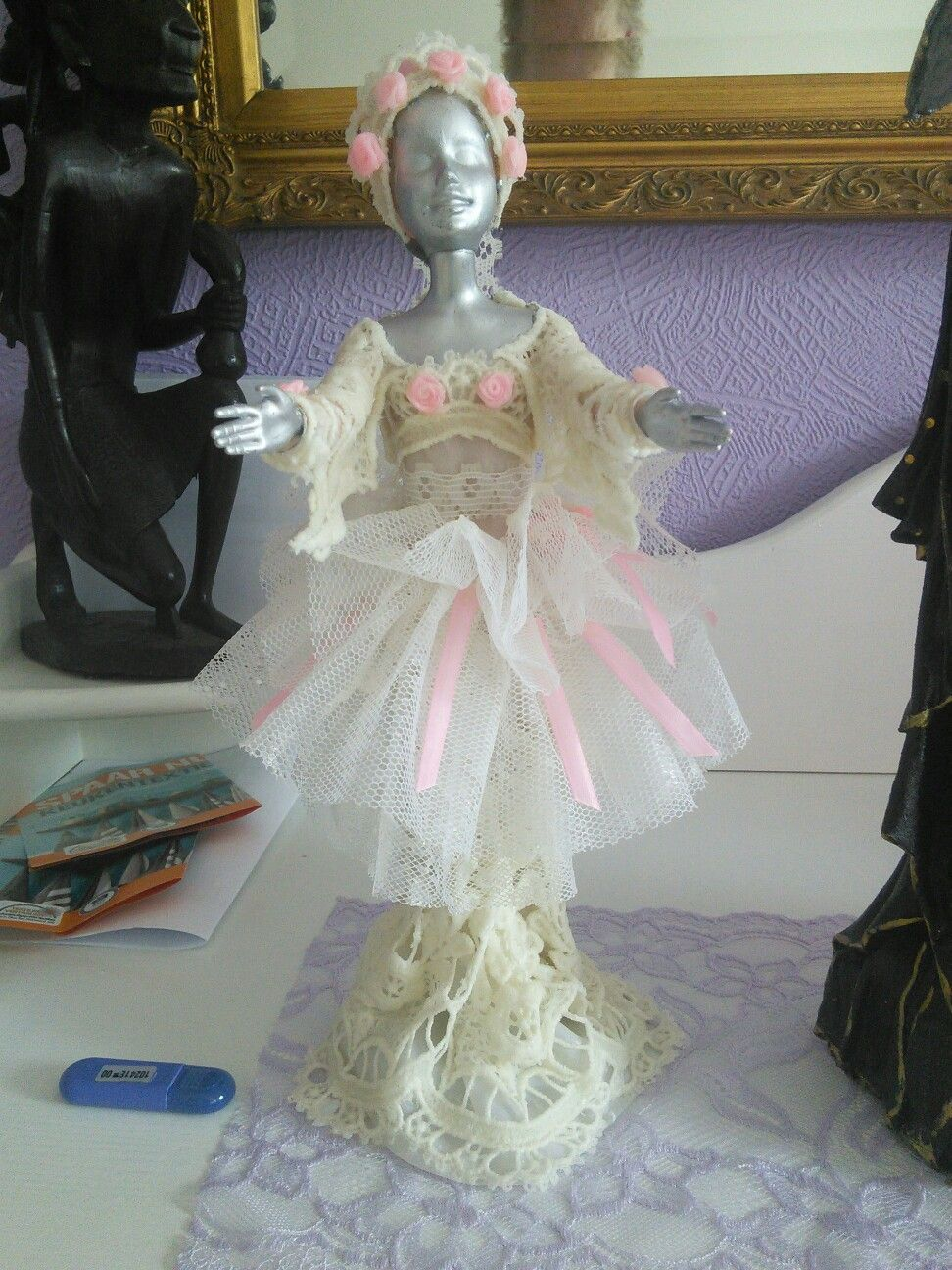 Oude Barbie veranderd in een beeld met textiel verharder.