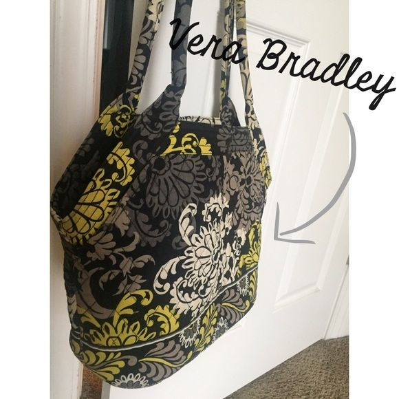 ❄️ sale! ❄️ Vera Bradley Bag Large bag perfect for toting your life with you. Lots of pockets on the inside and some hidden pockets on the outside provide easy access to items like your phone and keys. Hard bottom keeps this bag sturdy and upright. The fun pattern is great for all year round. Vera Bradley Bags