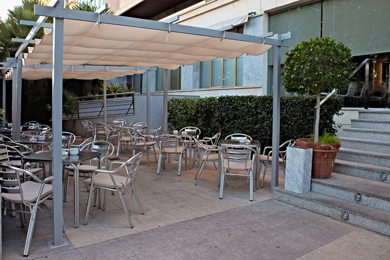 Con la llegada del buen tiempo es un lujo poder disfrutar de nuestra Terraza donde le ofreceremos los mismos servicios que en la cafetería del hotel. http://www.hoteles-silken.com/hoteles/siete-coronas-murcia/servicios/