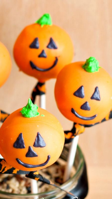 Halloween Cake Pops decorated like a Jack O Lanterns make a great treat for your Halloween Party. Yummy homemade treats for those special Trick-or-Treaters.