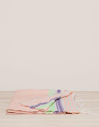 Strandtuch mit neonfarbenen Sprenkeln