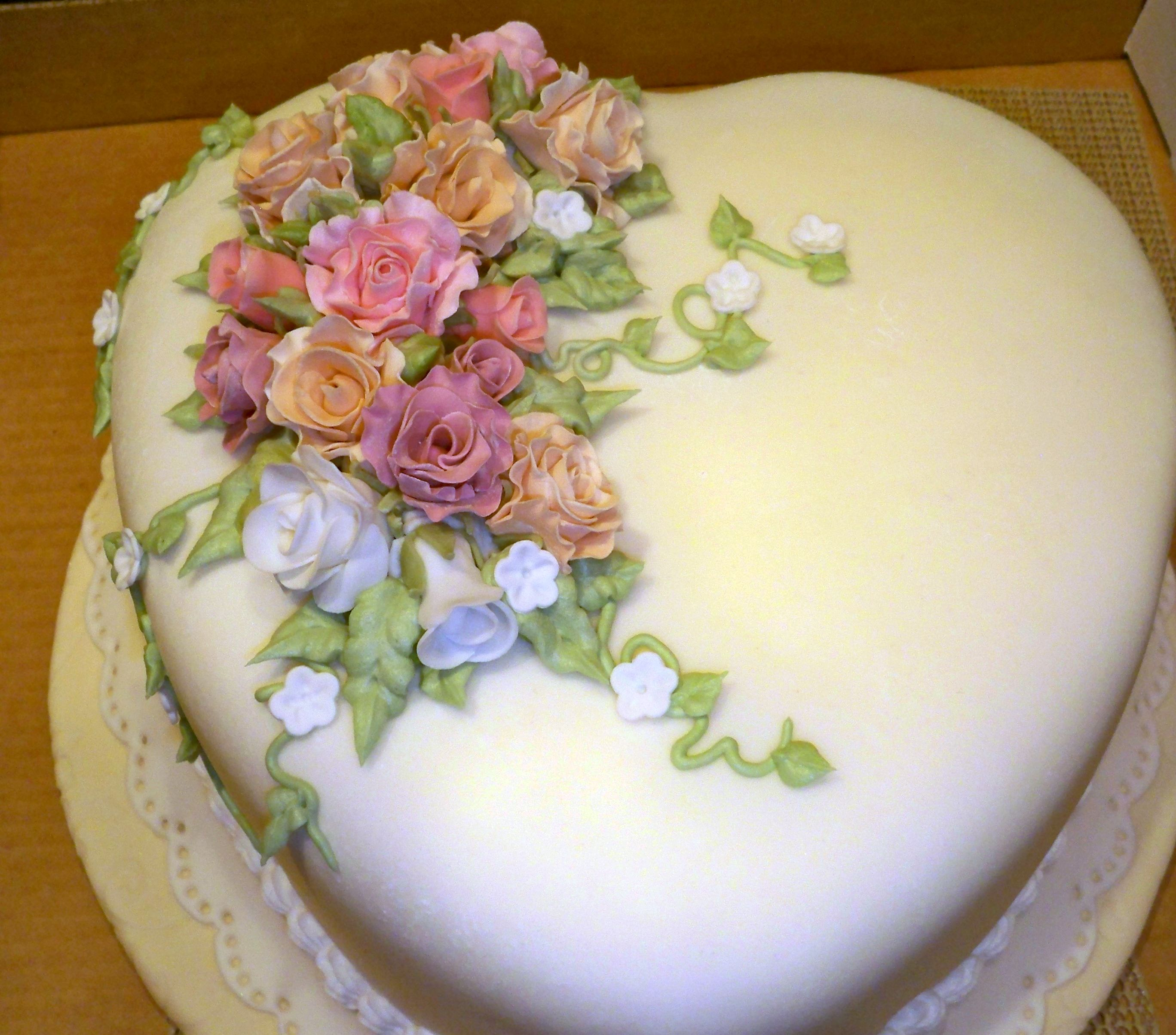 Fondant Covered Heart Cake W Roses Flowers Heart Shaped Cakes Rose Cake Cake Decorating