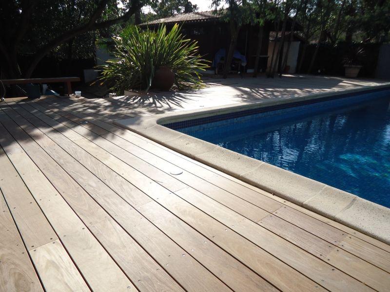 Tour de piscine en Ipé à Piraillan proche du Bassin d\u0027Arcachon  l - terrasse bois avec bassin