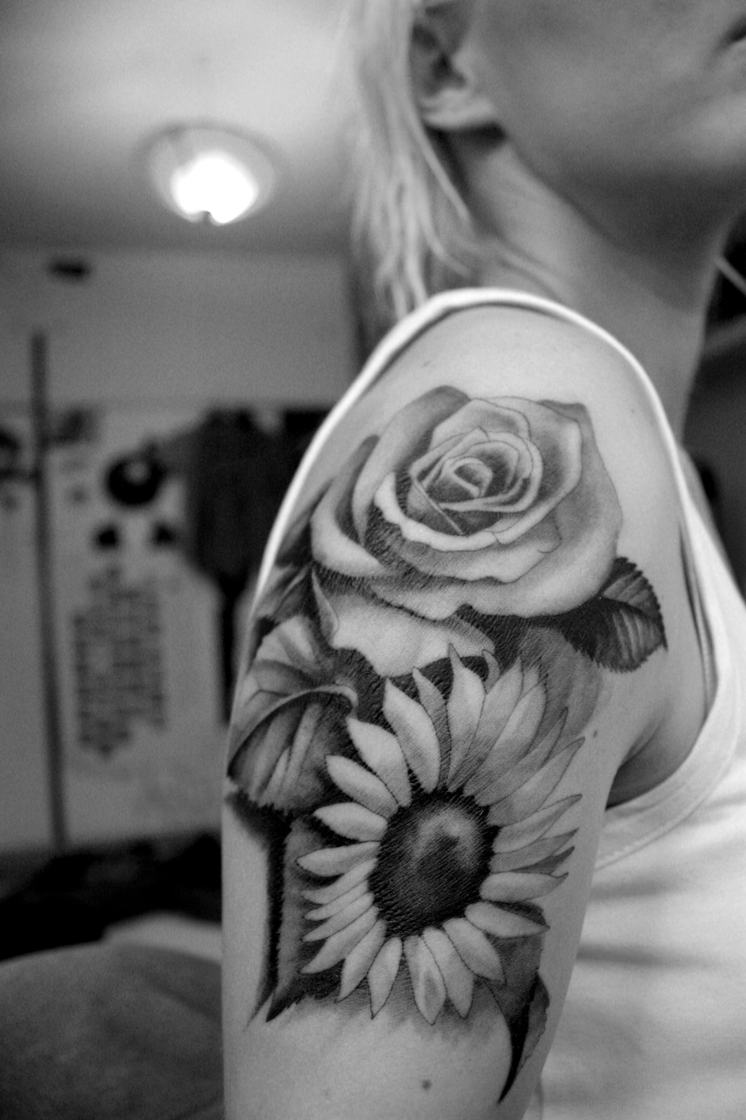 Nice Black And White Flowers Tattoos On Shoulder Sunflower Tattoo Shoulder Sunflower Tattoos Sunflower Tattoo Thigh