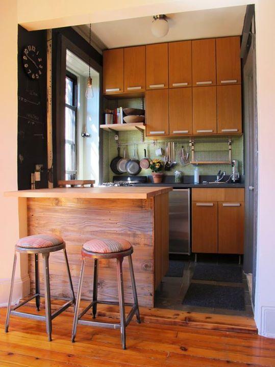 Dale aire a tu cocina peque a con una barra de madera for Ver cocinas americanas