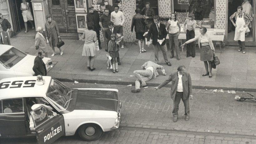 """""""Betrunken auf dem Kiez"""" – eine Fotografie von Günter Zint (heute Alltag auf der Reeperbahn)"""