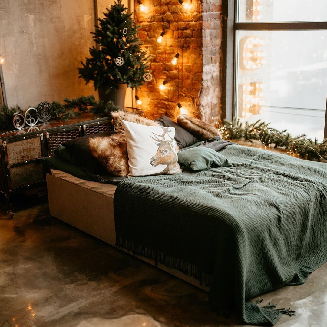 Having trouble figuring out how to decorate for the holidays without adding clutter to your small space? I've got you covered! Sign up for the and I'll be sharing some creative ways to bring the holiday spirit to your small space without taking up too much room! (Sign up Link in bio) • • •