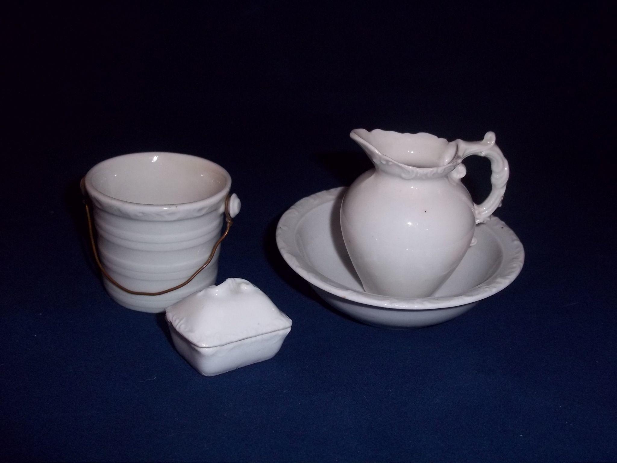 c.1900 Vijf Piece Doll Toilet Set voor Washstand