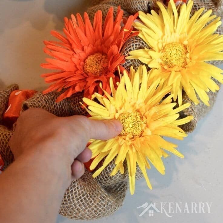 Photo of How to make a sackcloth wreath with an accent ribbon