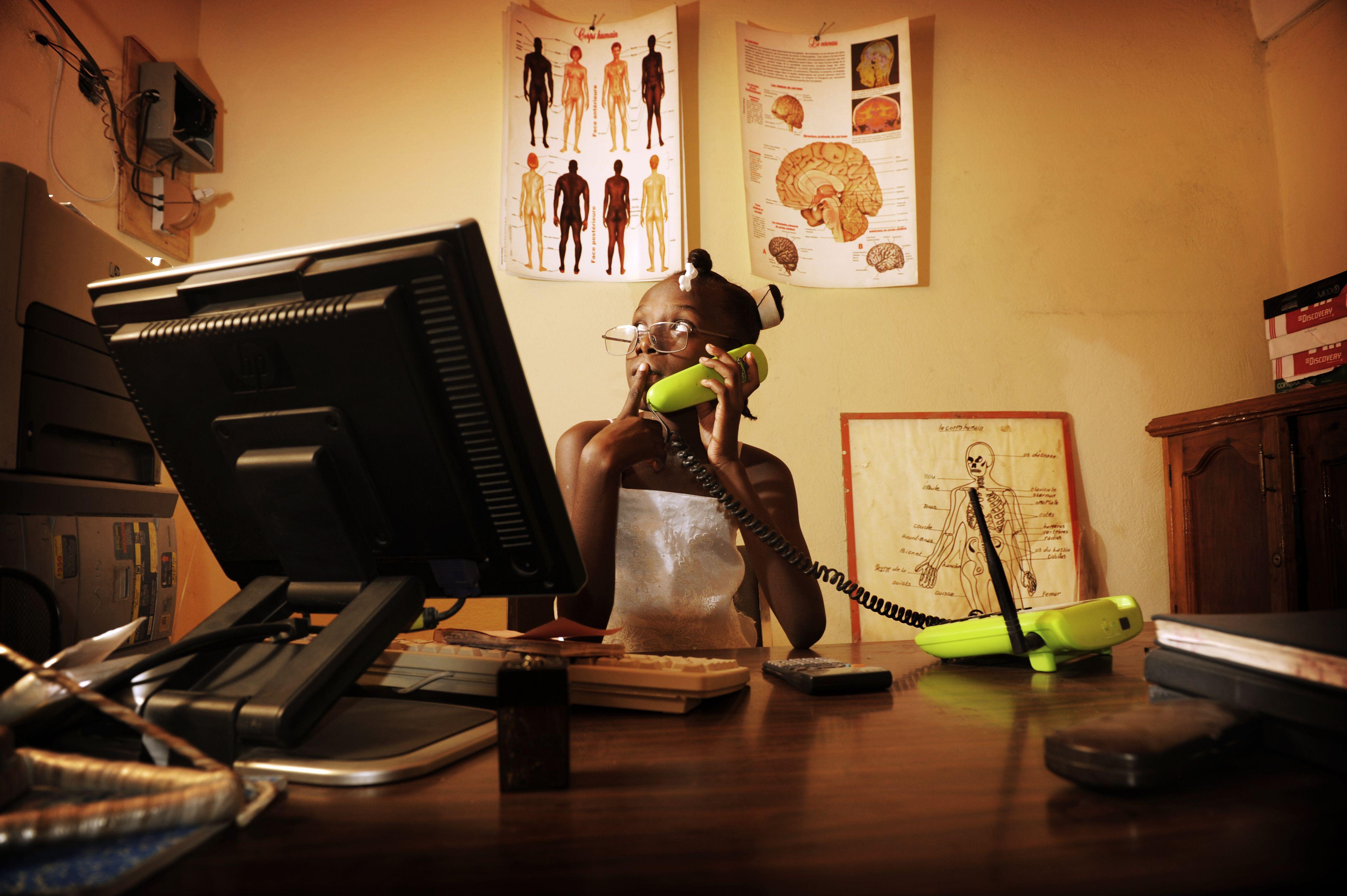 Korah Beauzier, 10 jaar, Haïti.  Ik heb een zus en woon bij mijn moeder. Mijn ouders zijn gescheiden. Mijn vader werkt in een fabriek en ik zie hem een keer per week. Ik zit in de 5de klas.   Ik wil directrice van een ziekenhuis worden. Ik wil heel graag voor alle mensen zorgen. Save the Children helpt dromen van kinderen te realiseren. Doe jij mee?    www.savethechildren.nl Photo: Chris de Bode