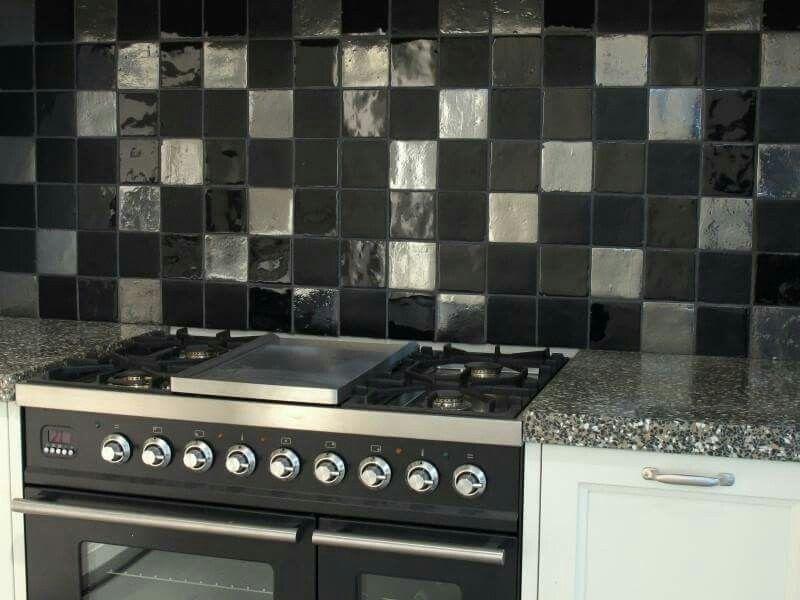 Keuken Kleine Kleur : Een unieke spatwand in de keuken. hangevormde tegels kleine tegels