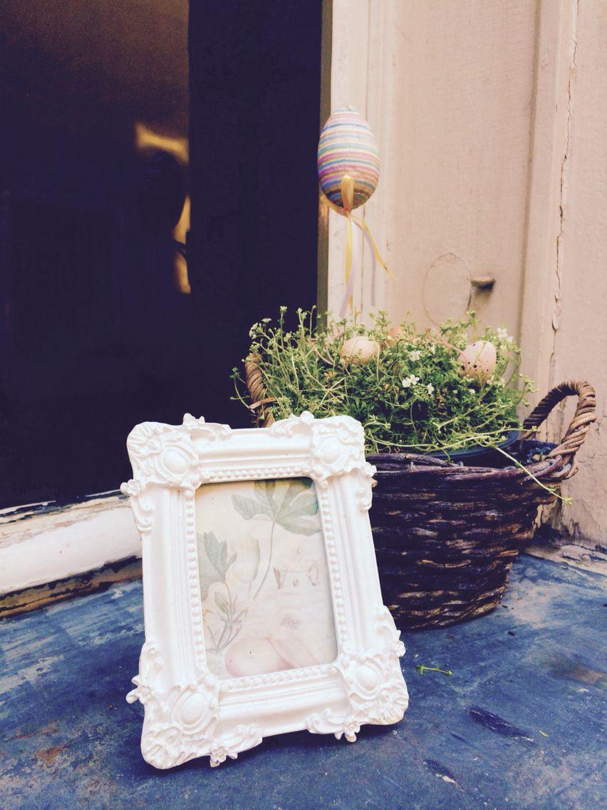 Bilderrahmen und Pflanzenkorb auf einer Fensterbank. Deko mal anders ...