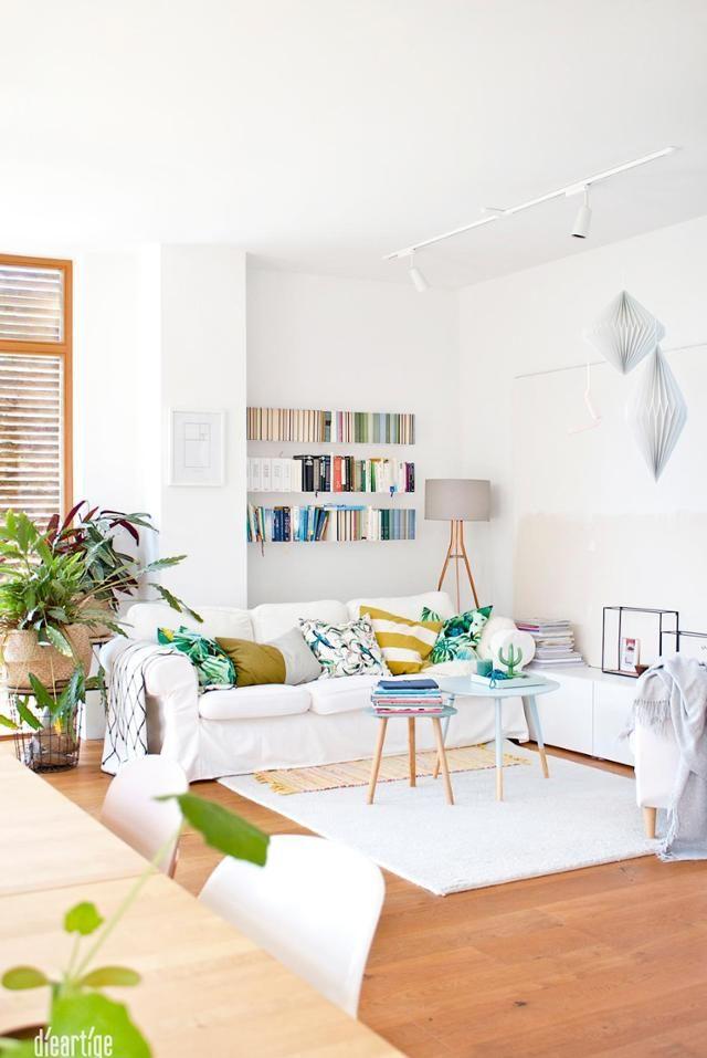 Weißes Wohnzimmer Mit Holzboden Und Schwebendem Regal In Wandnische.  #couchstyle #interior #wandregal