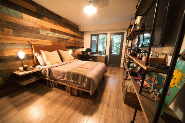 chambre avec plancher lit tag res et murs en bois ch enfant pinterest murs en bois mur. Black Bedroom Furniture Sets. Home Design Ideas