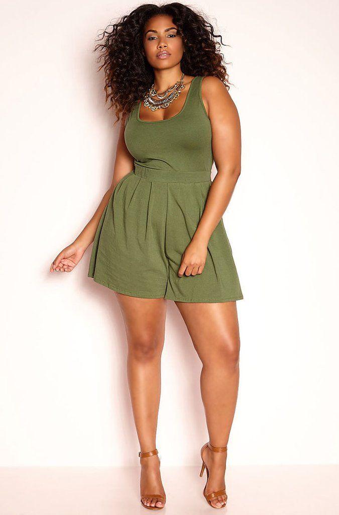Cute and curvy in a short green summer dress. Plus size dresses. Abiti Per 26b4f67cb9f