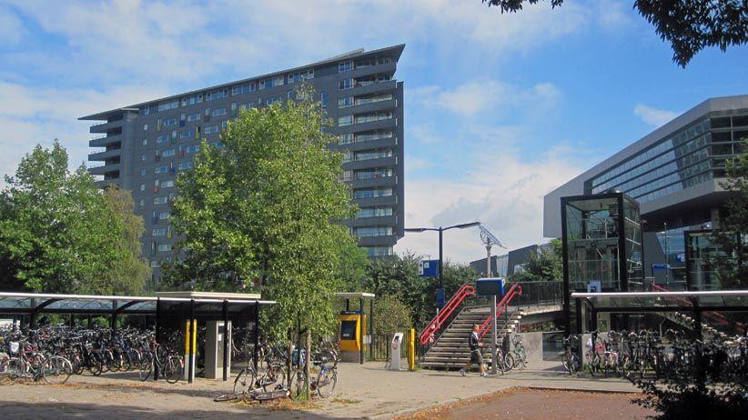 """Verlengde Groenestraat met station Heijendaal en op de achtergrond het complex """"Gouveneur"""" van SSHN (Stichting Studenten Huisvesting Nijmegen en het Technovium van het ROC (rechts)."""