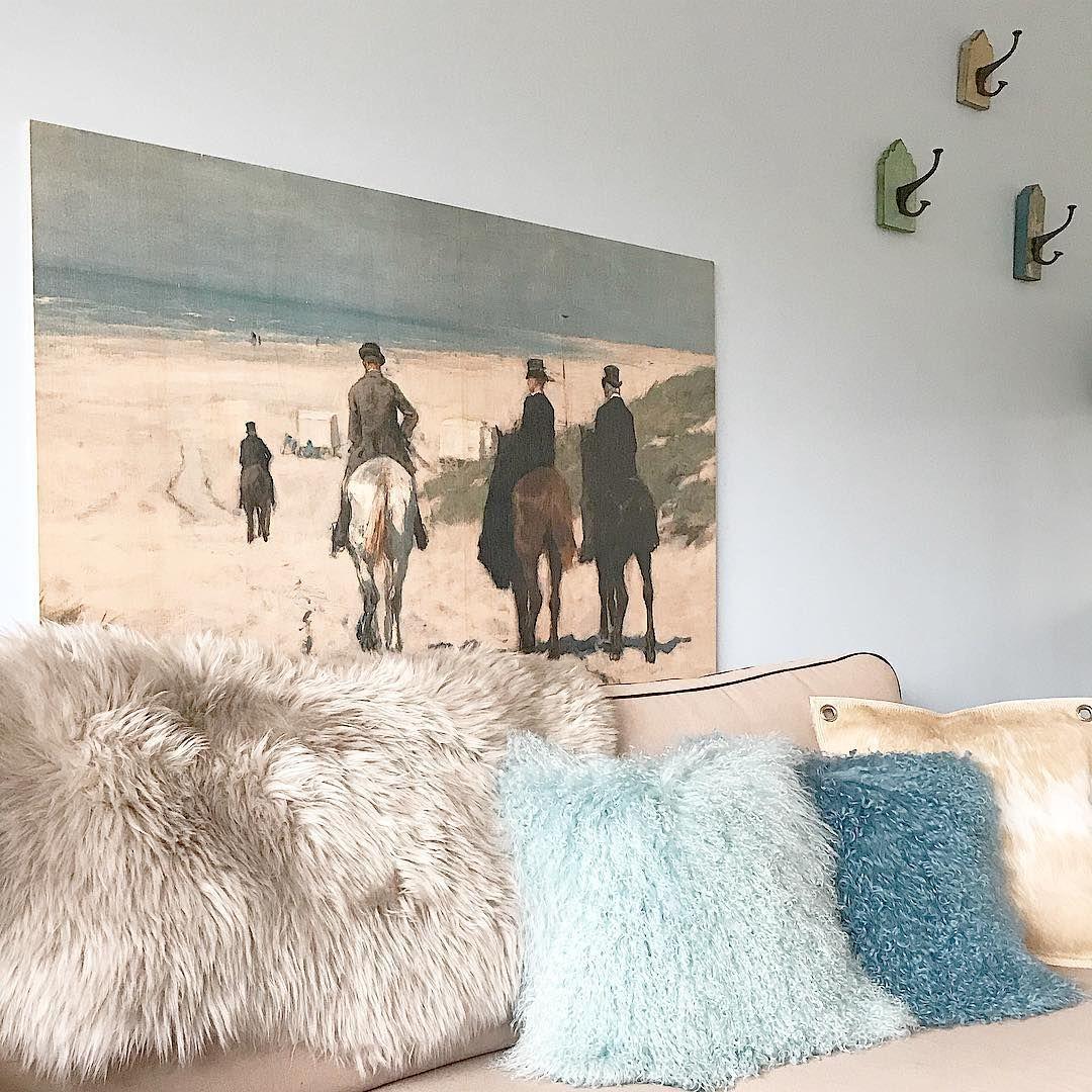 Gezellige bank in de woonkamer met een mooi groot schilderij aan de ...