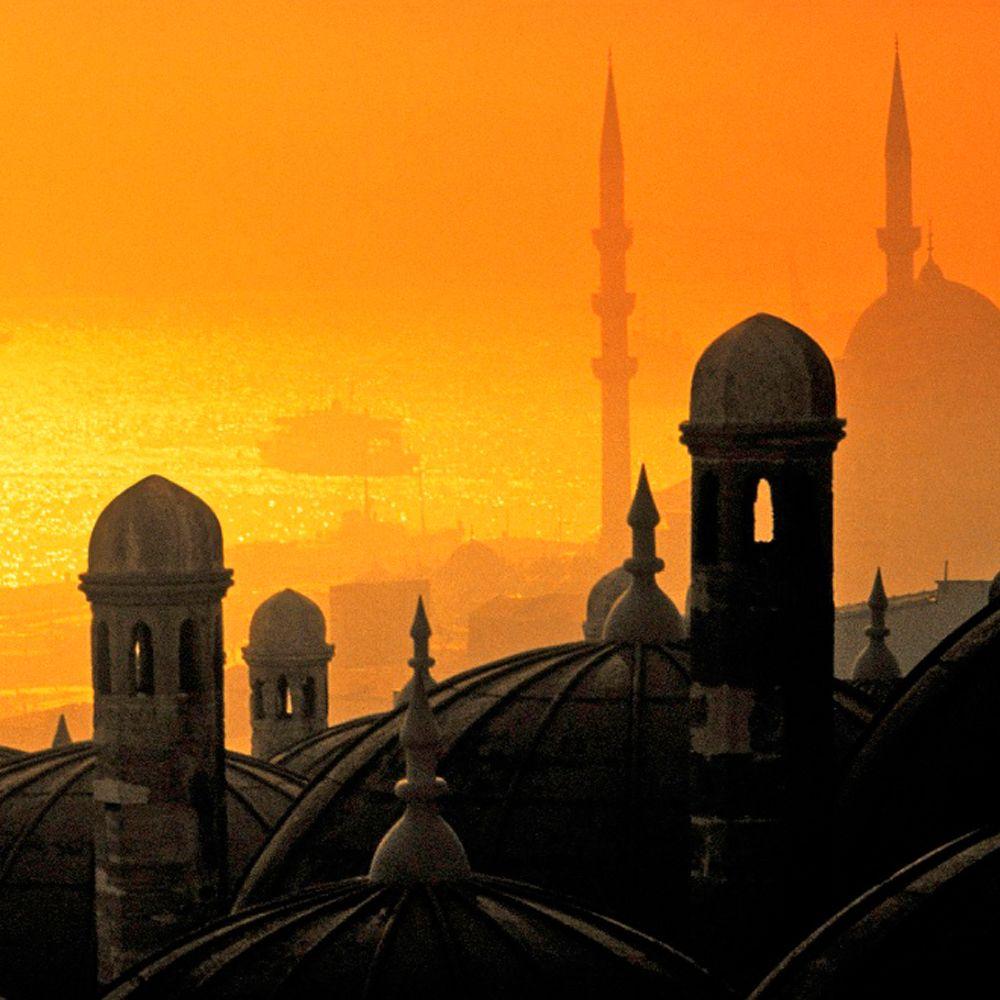 Solnedgang over Istanbul. Istanbul er blevet et mere populært rejsemål for storbyferie. Find din næste storbyferie her: http://www.apollorejser.dk/rejser/storbyferie