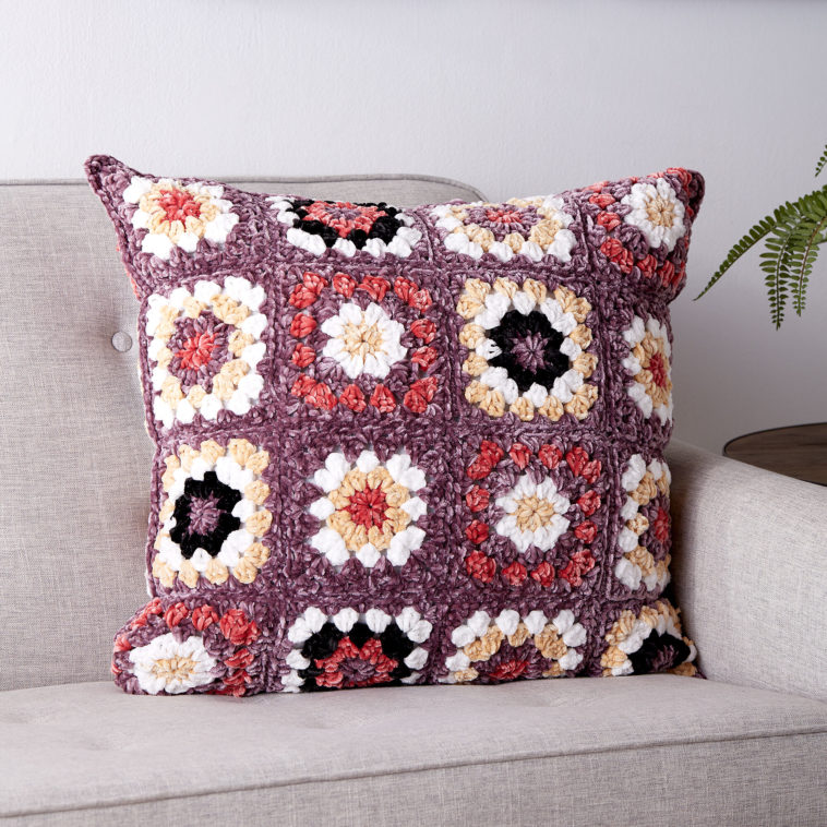 PRETTY GRANNY SQUARE PILLOW - KnitCraft #homedecor #crochet #knit #pillow
