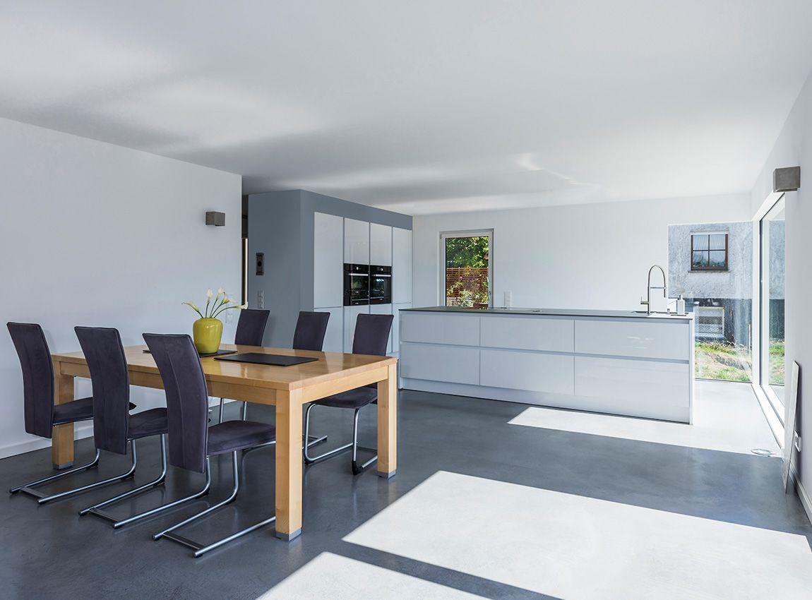 Moderner Koch-Essbereich mit anthrazitfarbenen Sichtestrich | Küchen ...