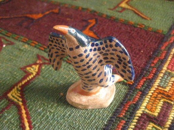 オーブン陶芸で作成したトリの置物です片足立ちで踊っているみたいな感じですツヤが出るタイプのアクリル絵の具で色をつけました大きさは高さ約8.5cm 幅7.5cm...|ハンドメイド、手作り、手仕事品の通販・販売・購入ならCreema。