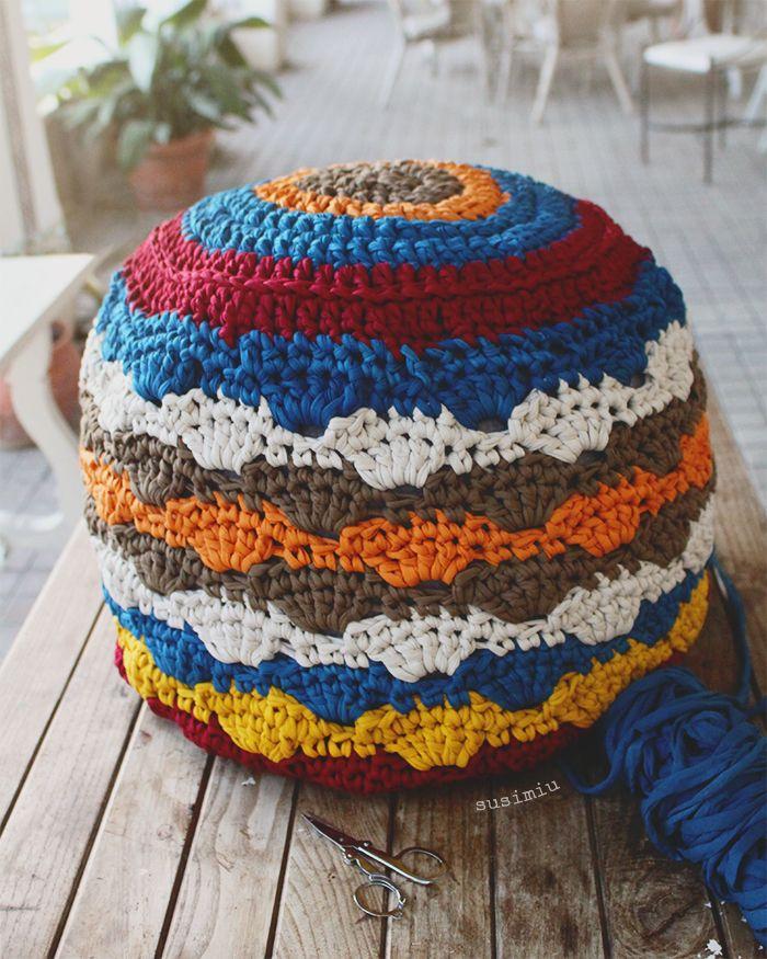 Puff de trapillo a crochet con punto concha