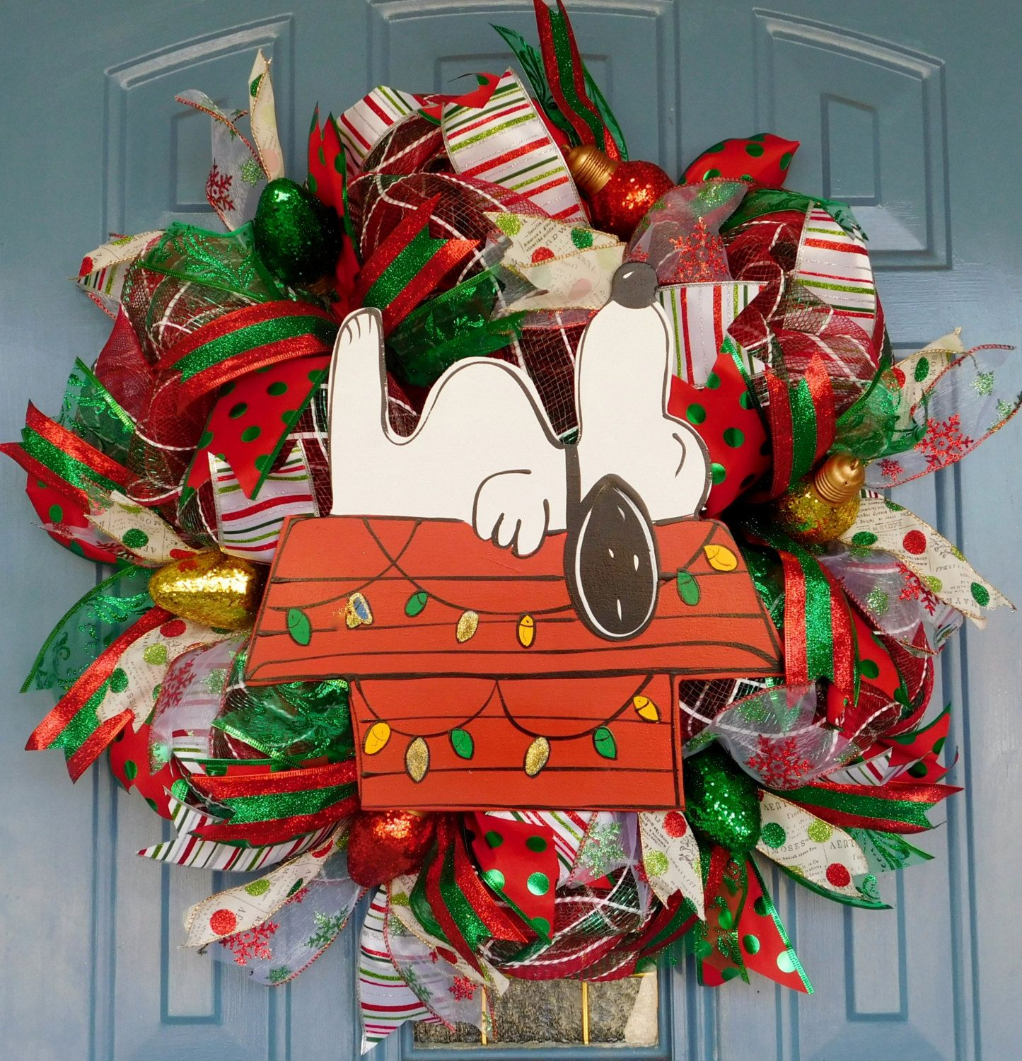 Snoopy outdoor christmas decorations - Snoopy On His Doghouse With Christmas Lights Deco Mesh Wreath