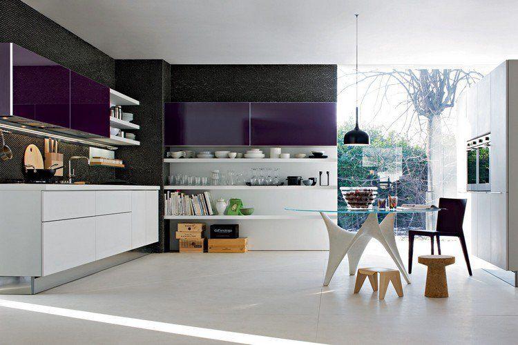 modèle de cuisine moderne en blanc et violet laqué, carrelage grand