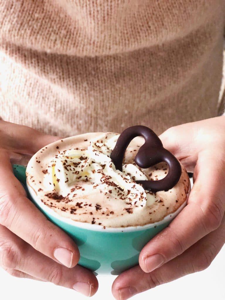 Warme chocolademelk (met alcohol) - snel recept | Made by Ellen | Recept | Warme  chocolademelk, Chocolademelk recepten, Heerlijk eten