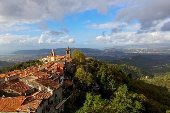 Nur einen Katzensprung entfernt von Ponzanello liegt das Castello Malaspina di Fosdinovo. Das Städtchen mit seiner Burg und den engen Gassen thront auf einem Bergkamm hoch über der Küste. Mittelalter pur! Und dazu ein grandioser Ausblick über die Grünen Hügel, malerische Bergdörfer und das blaue Meer. Bei gutem Wetter sieht man Korsika und Elba. #wandern #meer #toskana #burg #tracking