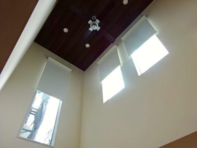 ハッと目についてパクリました 吹き抜け 窓 ロールスクリーン 吹き抜け 窓 カーテン 吹き抜け カーテン