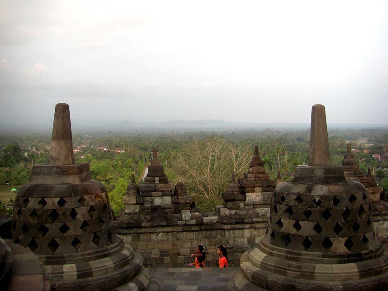 Insgesamt neun Stockwerke türmen sich auf der quadratischen Basis von 123 Meter Länge. An den Wänden der vier sich stufenartig verjüngenden Galerien befinden sich Flachreliefs mit einer Gesamtlänge von über fünf Kilometern.  #Indonesien #Java #Borobudur #Tourismustv