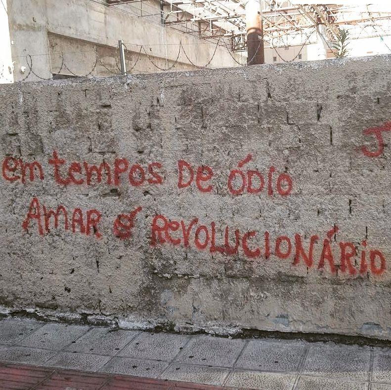 #Repost @jessica_asg ・・・ Curitiba, PR. #olheosmuros #artederua #arteurbana #curitiba #pr #pixo #revolucao #amor #poesiaderua http://ift.tt/2gauTOT