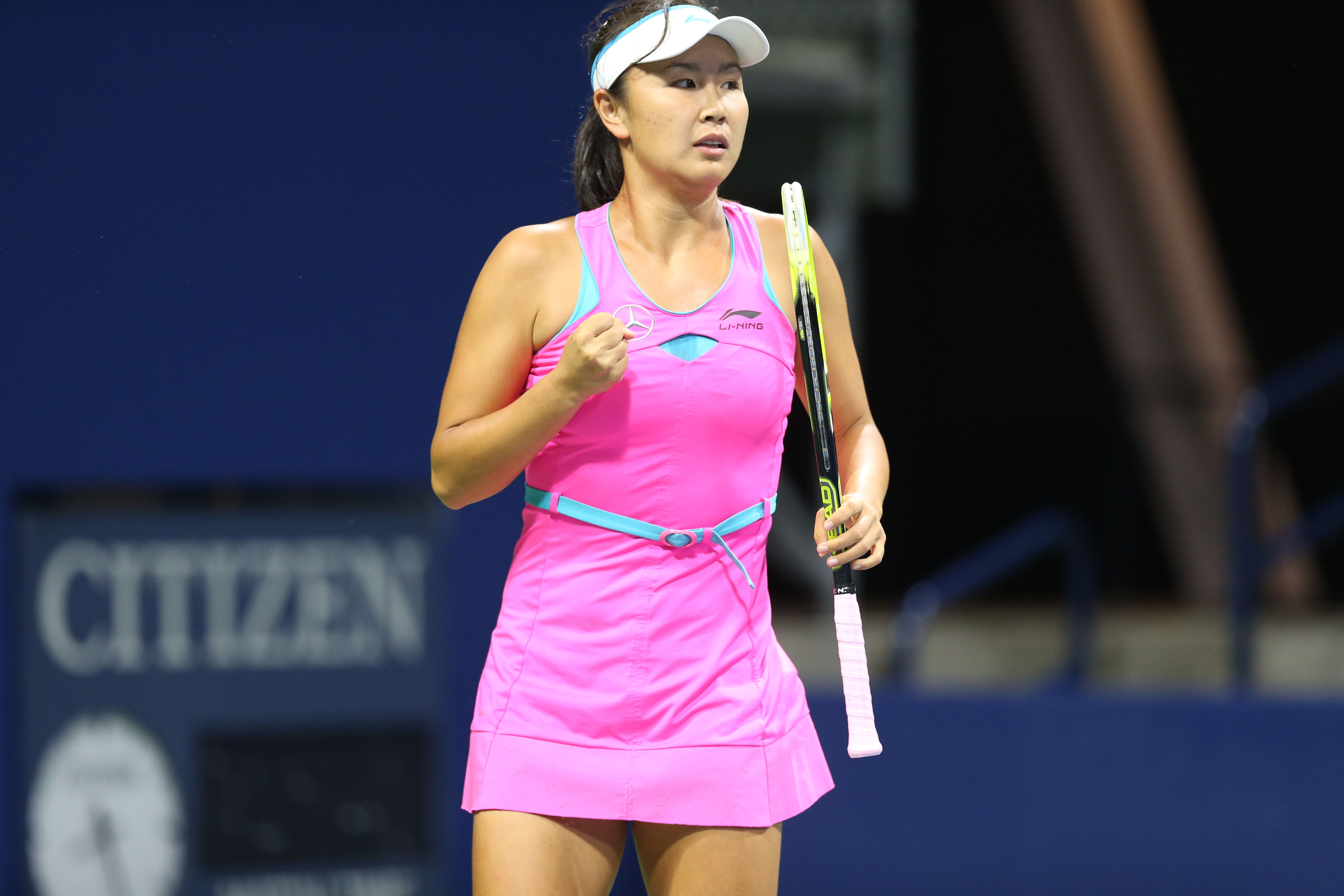 Chinese Player Peng Shuai Wears A Bright Pink Dress With Teal Details From Li Ning Bright Pink Dresses Tennis Events Tennis