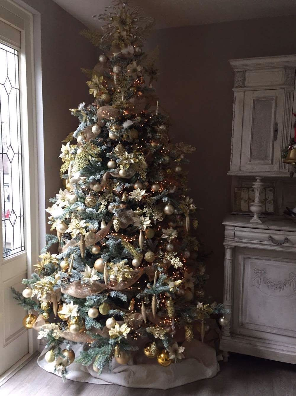 Mijn Over De Top Kerstboom Jute Goud En Champagne Zijn De Hoofdkleuren De Piek Is Gemaakt Van Wc Rolletjes Glitter En Gouden K Gouden Kerst Kerst Kerstboom
