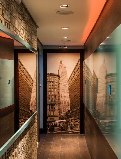 Decoraci n pasillos y recibidores consejos de iluminaci n - Decoracion de paredes de pasillos ...