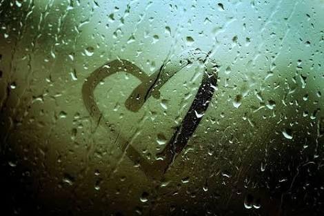 """""""Se cada gota de chuva fosse a amizade te mandaria uma tempestade"""""""